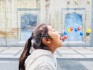 風船と女の子の写真・画像素材[2075306]