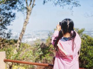 10代,風景,空,春,ロングヘア,木,屋外,東京,ピンク,緑,晴れ,青空,後ろ姿,景色,スマホ,撮影,女の子,少女,樹木,人物,背中,新緑,人,後姿,写真,可愛い,柵,スマートフォン,iphone,グリーン,快晴,高尾山,10歳,携帯,ライフスタイル,景観,草木,高尾,眺め,ロング,高台,パーカー,撮る,2つ結び,フォトジェニック,デバイス,写メ,おさげ,お下げ髪