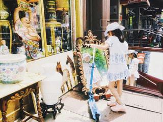 鏡の中の女の子の写真・画像素材[2165377]