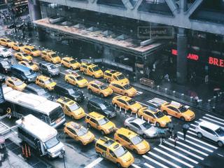 雨の日のイエロータクシーの写真・画像素材[2176368]