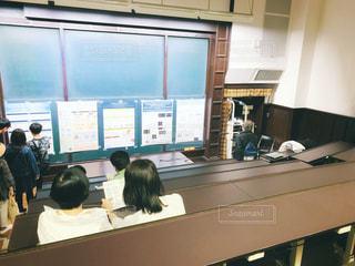 屋内,緑,茶色,机,人物,人,ポスター,黒板,教室,大学,東京大学,東大,キャンパス,ボード,フォトジェニック