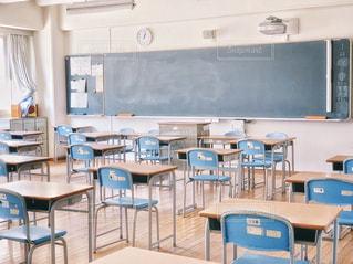 文字,屋内,窓,カーテン,時計,日差し,椅子,机,学校,黒板,教室,手書き,ライフスタイル,黒板消し,字,フォトジェニック