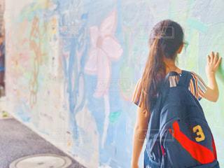 ウォールアートと女の子の写真・画像素材[2179724]