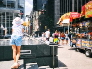 通りを眺める後ろ姿の写真・画像素材[2180110]