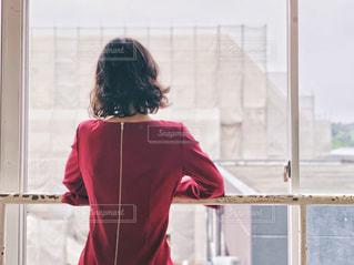 窓辺に立つ女性の写真・画像素材[2184821]