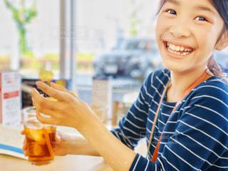 麦茶と笑い話の写真・画像素材[2190242]