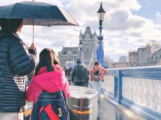 女性,男性,子ども,10代,30代,風景,空,建物,橋,雨,傘,屋外,海外,ピンク,雲,親子,青,後ろ姿,黒,コート,建築物,曇り,水色,景色,日差し,女の子,少女,光,折りたたみ傘,観光,建造物,人物,背中,人,外国,後姿,旅行,イギリス,ロンドン,ブルー,父親,パパ,通り,10歳,父,リュック,娘,ネイビー,ジャケット,バックパック,雨の日,お父さん,英国,UK,タワーブリッジ,イングランド,親,ダウン,狐の嫁入り,フォトジェニック,紺,天気雨,お天気雨,キツネの嫁入り