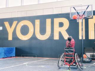 女性,10代,風景,スポーツ,屋内,東京,後ろ姿,黒,コート,黄色,景色,女子,女の子,少女,英語,バスケット,床,人物,壁,ボール,人,後姿,バスケットボール,小学生,バスケ,運動,インドア,10歳,ライフスタイル,体験,車椅子,ボルドー,ゴール,バスケットゴール,フォトジェニック,ワインレッド,シュート,投げる,室内スポーツ,車椅子バスケ,障がい者スポーツ,エンジ,インドアスポーツ,屋内スポーツ,体験スポーツ,スポーツ車椅子,車椅子バスケットボール