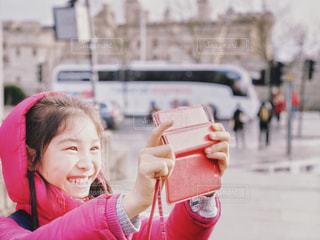 フードをかぶって自撮りする女の子の写真・画像素材[2267796]