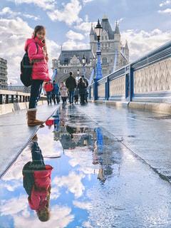 tower bridgeの大きな水溜まりと女の子の写真・画像素材[2268633]