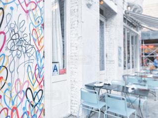 カフェ,インテリア,ニューヨーク,文字,屋外,海外,ピンク,赤,白,カラフル,絵,窓,水色,アメリカ,椅子,テーブル,ハート,壁,外国,旅行,家具,可愛い,グレー,デザイン,レストラン,ペイント,NY,ミント,マンハッタン,通り,手書き,ライフスタイル,壁画,米国,マーク,字,オープンテラス,フォトジェニック,オープンカフェ,リトルイタリー,多色