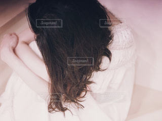 落ち込む女性の写真・画像素材[2320746]