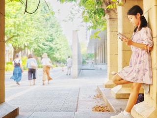 歩道に立っている女性の写真・画像素材[2385470]