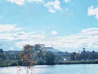 チャールズリバーと飛行機雲の写真・画像素材[2477596]
