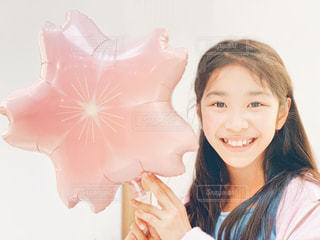 桜のバルーンと女の子の写真・画像素材[2573337]