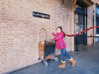 ハリーポッターの映画で登場するキングスクロス駅でハリーになりきった時の2月の写真です。の写真・画像素材[2829019]