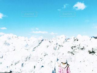 雪に覆われた斜面と女の子の写真・画像素材[2847506]