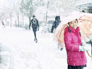 雪の中を歩いている女の子の写真・画像素材[2847510]