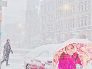 降雪と女の子の写真・画像素材[2847512]