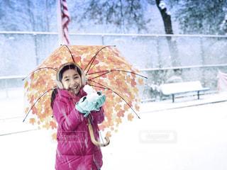 小さな雪だるまと少女の笑顔の写真・画像素材[2848813]
