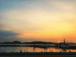 海に沈む夕日の写真・画像素材[2907447]