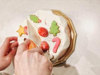 クリスマスケーキを切るの写真・画像素材[2938164]