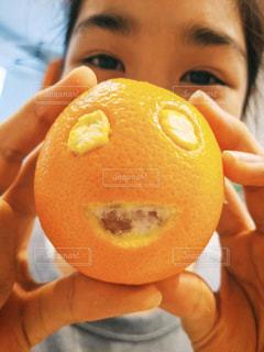 笑顔オレンジを持つ笑顔の女の子 2の写真・画像素材[3110243]