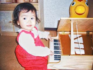 小さなピアノと小さな女の子の写真・画像素材[3285648]