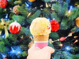 クリスマスツリーとアイスを持つ手元の写真・画像素材[3729002]