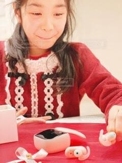 クリスマスプレゼントのワイヤレスイヤホンと女の子の写真・画像素材[4025747]