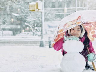 マンハッタンの雪の中で遊ぶ女の子の写真・画像素材[4165463]
