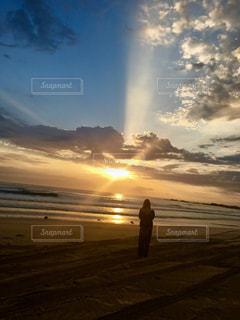 女性,海,ビーチ,後ろ姿,人物,背中,人,後姿,オーストラリア,日の出
