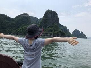 水の体の横に立っている人の写真・画像素材[1814423]