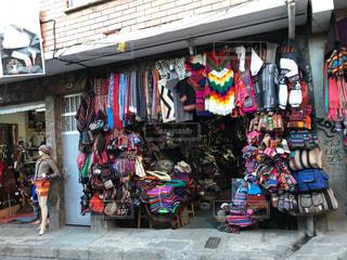 ペルーのカラフルなお土産店の写真・画像素材[1814547]