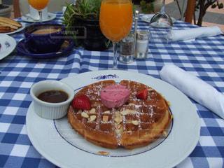 サンタモニカホテルで朝食。ワッフルとオレンジジュースの写真・画像素材[1145130]
