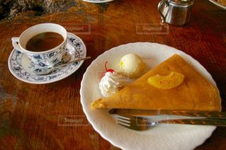 食品やコーヒー テーブルの上のカップのプレートの写真・画像素材[1159422]