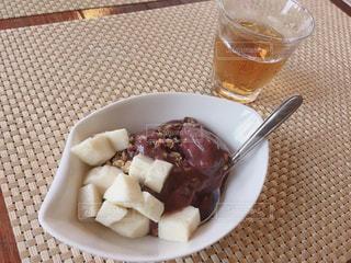 テーブルの上に食べ物のプレートの写真・画像素材[1160050]