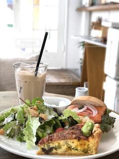 トッピング サンドイッチとサラダ プレート テーブルの写真・画像素材[1183443]