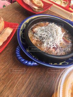 板の上に食べ物のボウルの写真・画像素材[1205270]