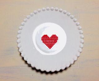 テーブルの上のお皿に乗ったハートの写真・画像素材[1217868]