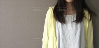 白いシャツを着ている人の写真・画像素材[3326278]