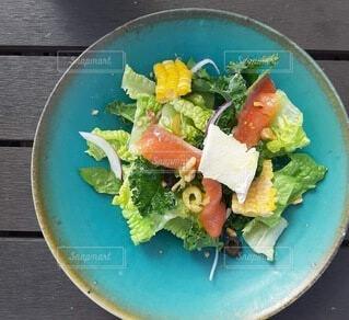 お皿がステキなサラダの写真・画像素材[3911893]
