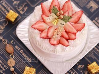 テーブルの上にケーキのスライスを入れた食べ物の皿の写真・画像素材[3994673]