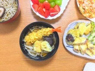 木製のテーブルの上に食べ物の皿の写真・画像素材[3998146]