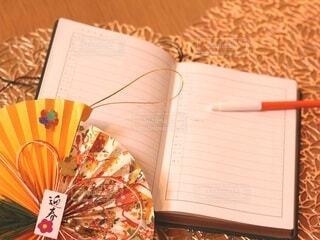 テーブルの上に座っているピザのスライスの写真・画像素材[4004280]