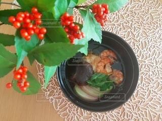 食べ物の皿をテーブルの上に置くの写真・画像素材[4037198]