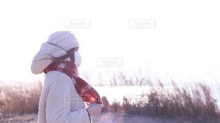 雪の中に立っている男の写真・画像素材[4109961]