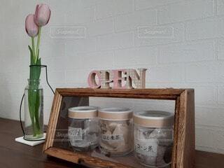 カウンターに座る花で満たされた花瓶の写真・画像素材[4162834]