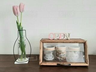 テーブルの上に花の花瓶の写真・画像素材[4162858]