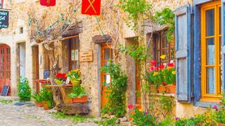 フランス・リヨンの近くにあるペルージュという街の小道の写真・画像素材[1198649]